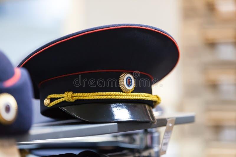 MOSCÚ, RUSIA - 20 DE MARZO DE 2018: Casquillo en el estante de una Warehouse-tienda especializada de la policía y de uniformes mi imágenes de archivo libres de regalías