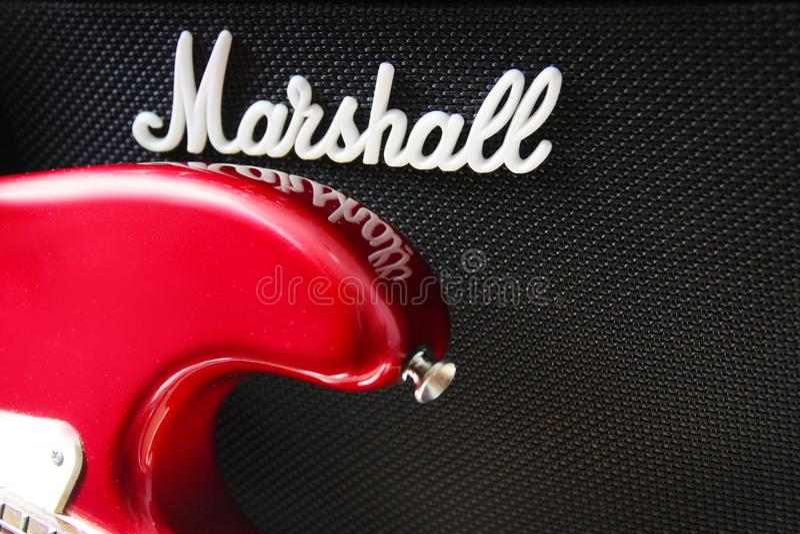 MOSCÚ, RUSIA - 11 de marzo de 2018: Ciérrese para arriba de un amplificador de la guitarra de Marshall y de una guitarra eléctric imagenes de archivo