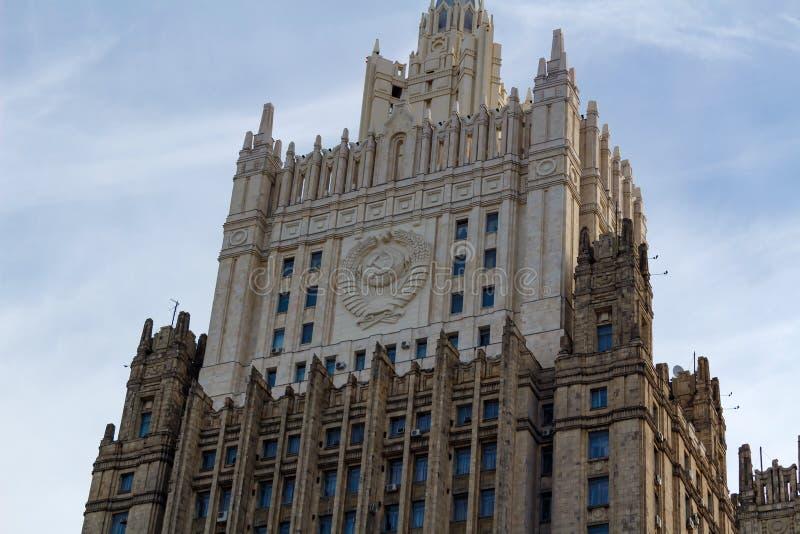 Moscú, Rusia - 25 de marzo de 2018: Edificio del Ministerio de Asuntos Exteriores de la Federación Rusa contra el cielo azul fotografía de archivo libre de regalías