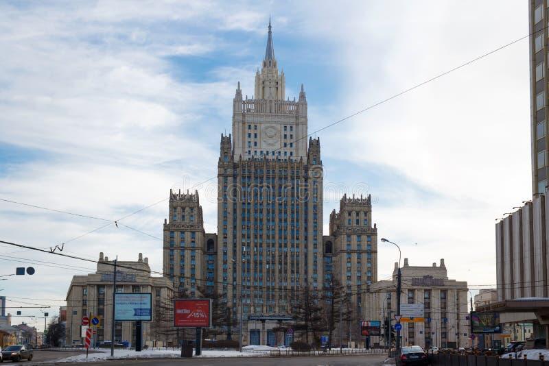 Moscú, Rusia - 25 de marzo de 2018: Edificio del Ministerio de Asuntos Exteriores de la Federación Rusa en un fondo del cielo azu fotos de archivo