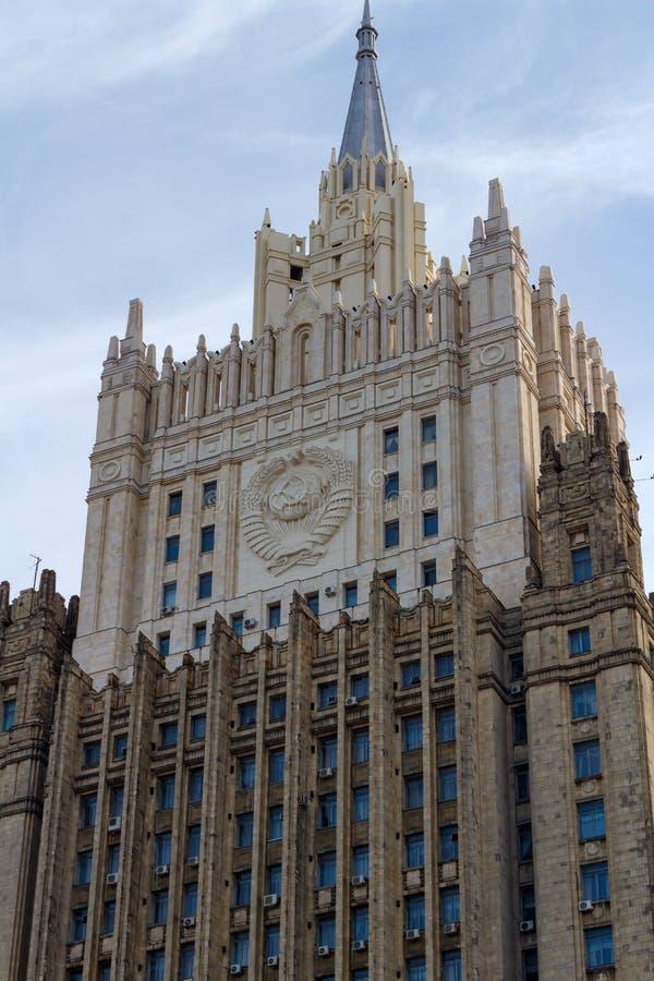 Moscú, Rusia - 25 de marzo de 2018: Edificio del Ministerio de Asuntos Exteriores de la Federación Rusa en un fondo del cielo azu foto de archivo