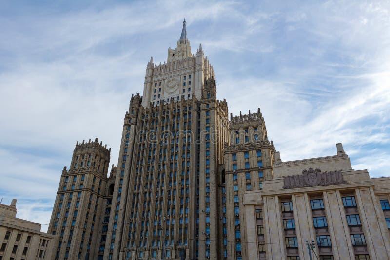 Moscú, Rusia - 25 de marzo de 2018: Edificio del Ministerio de Asuntos Exteriores de la Federación Rusa en un fondo del cielo azu fotografía de archivo libre de regalías