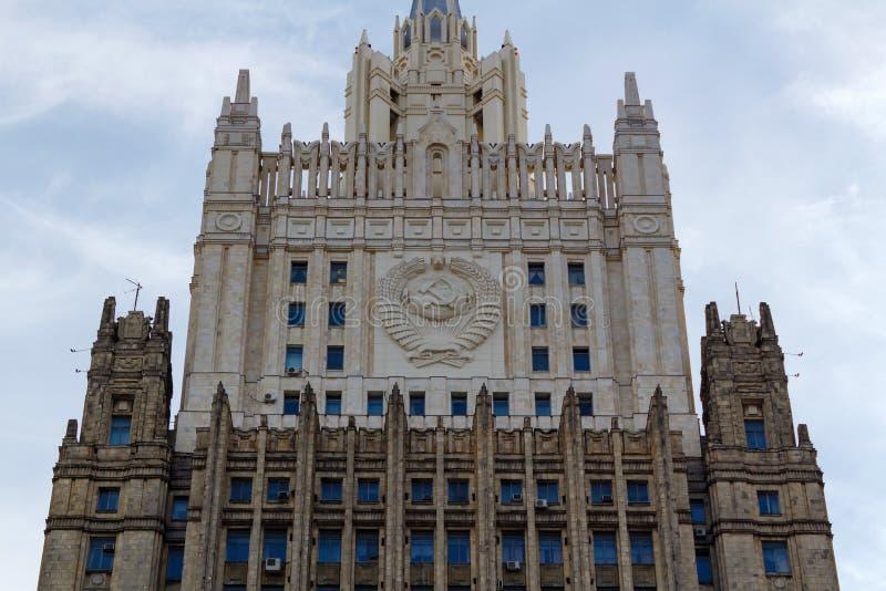 Moscú, Rusia - 25 de marzo de 2018: Edificio del Ministerio de Asuntos Exteriores de la Federación Rusa en un fondo del cielo azu foto de archivo libre de regalías