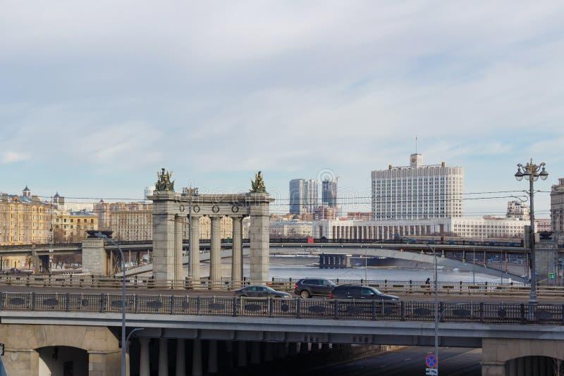 Moscú, Rusia - 25 de marzo de 2018: Edificio de la casa del gobierno de la Federación Rusa contra el contexto de puentes a través foto de archivo libre de regalías