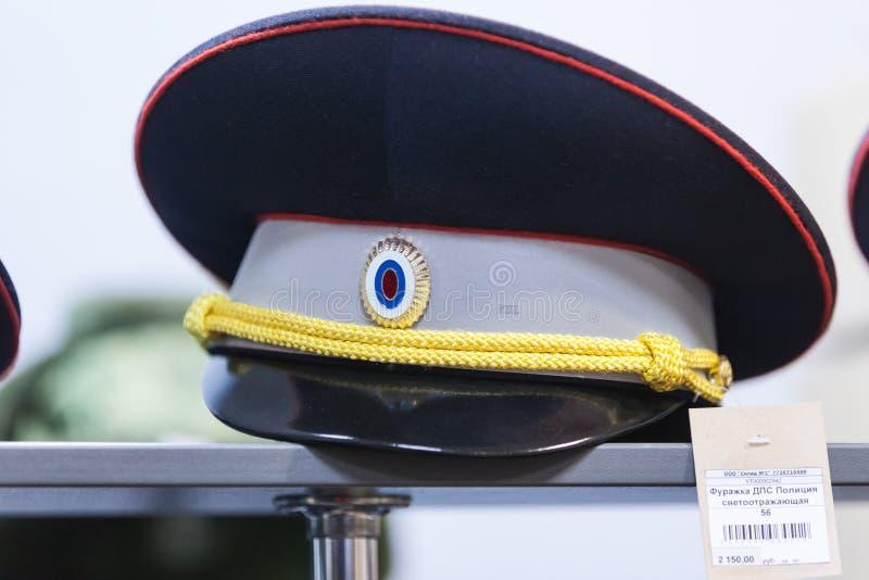 MOSCÚ, RUSIA - 20 DE MARZO DE 2018: El casquillo del DPS GIBDD de los oficiales de policía de tráfico con el ribete retrorreflect foto de archivo