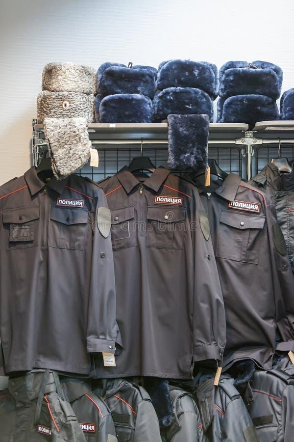 MOSCÚ, RUSIA - 20 DE MARZO DE 2018: Limpie la ropa en una Warehouse-tienda especializada de la policía y de uniformes militares imágenes de archivo libres de regalías