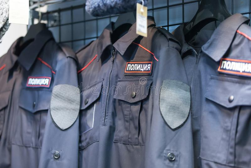 MOSCÚ, RUSIA - 20 DE MARZO DE 2018: Limpie la ropa en una Warehouse-tienda especializada de la policía y de uniformes militares imagen de archivo