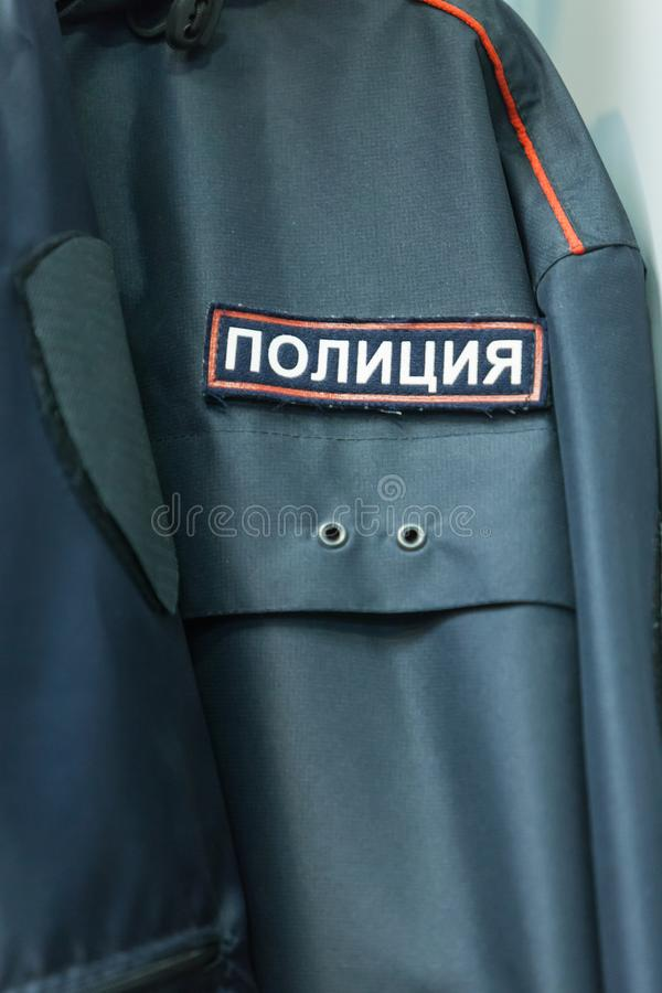 MOSCÚ, RUSIA - 20 DE MARZO DE 2018: Limpie la ropa en una Warehouse-tienda especializada de la policía y de uniformes militares fotografía de archivo libre de regalías