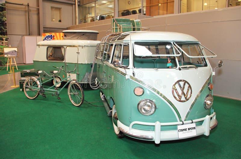 MOSCÚ, RUSIA - 9 DE MARZO: Microbus retro de la ventana de Volkswagen 23 en imagenes de archivo