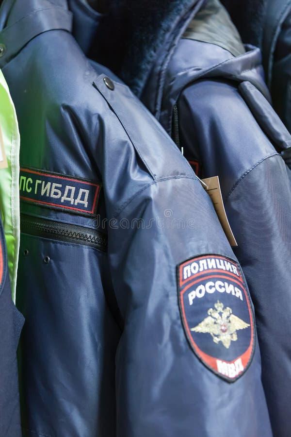 MOSCÚ, RUSIA - 20 DE MARZO DE 2018: Suspensiones con la forma del DPS GIBD de la policía de tráfico en una Warehouse-tienda espec imagen de archivo
