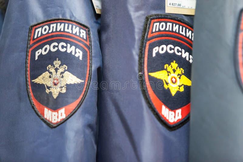 MOSCÚ, RUSIA - 20 DE MARZO DE 2018: Suspensiones con la forma de policía en una Warehouse-tienda especializada de la policía y de foto de archivo libre de regalías