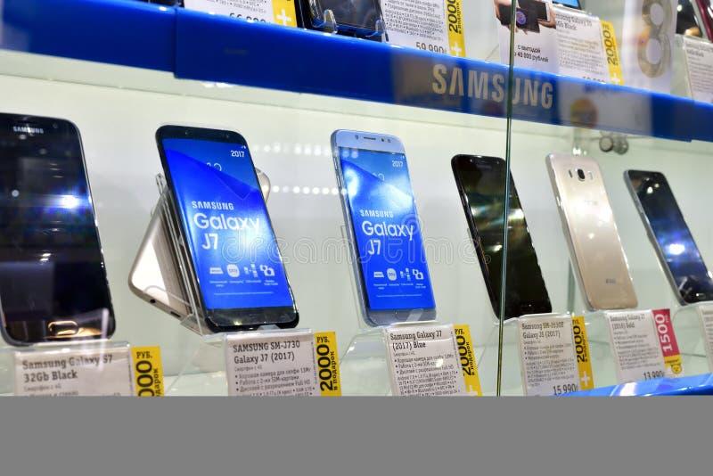 Moscú, Rusia - 17 de marzo 2018 Teléfonos celulares de Samsung en ventana de la tienda en comercio adentro fotos de archivo