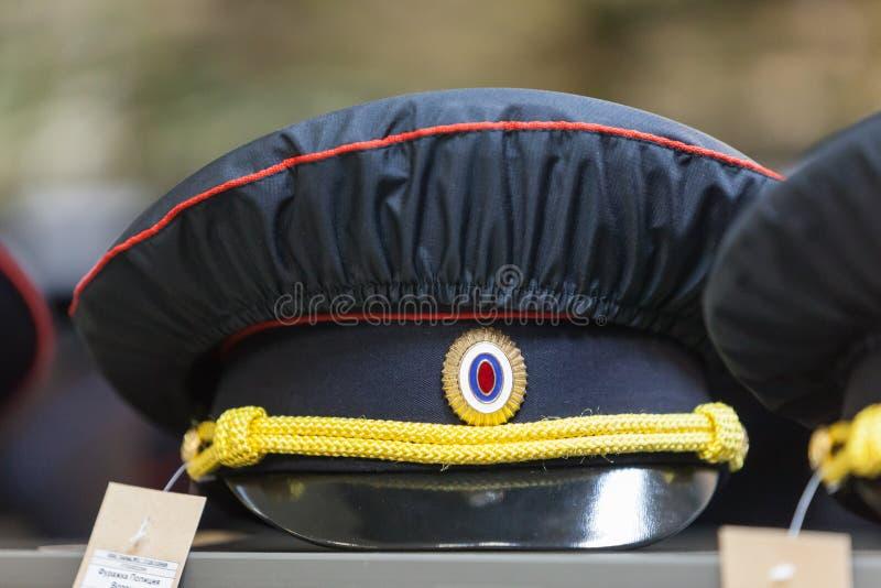 MOSCÚ, RUSIA - 20 DE MARZO DE 2018: Una policía capsula con una cubierta de la anti-lluvia en el estante de una Warehouse-tienda  foto de archivo
