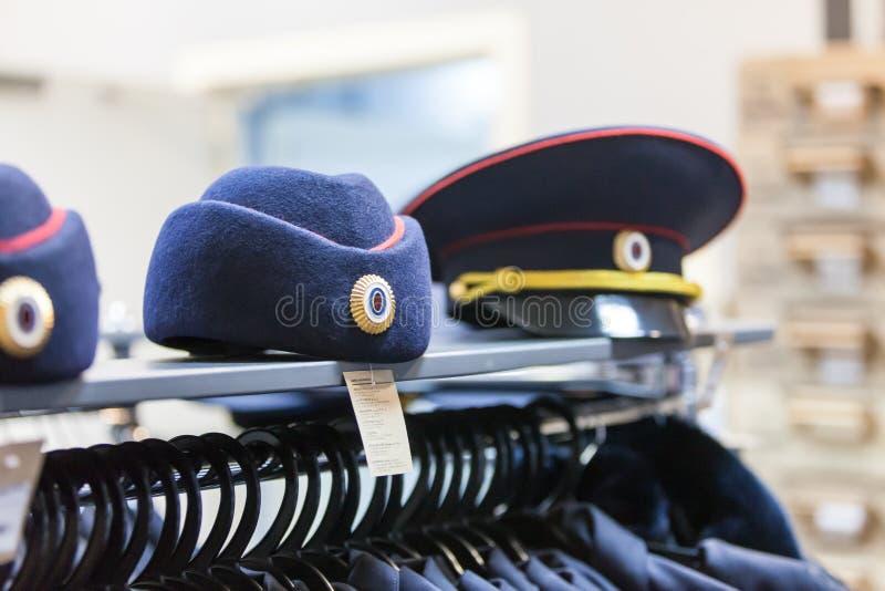 MOSCÚ, RUSIA - 20 DE MARZO DE 2018: Una policía capsula en el estante de una Warehouse-tienda especializada imagenes de archivo