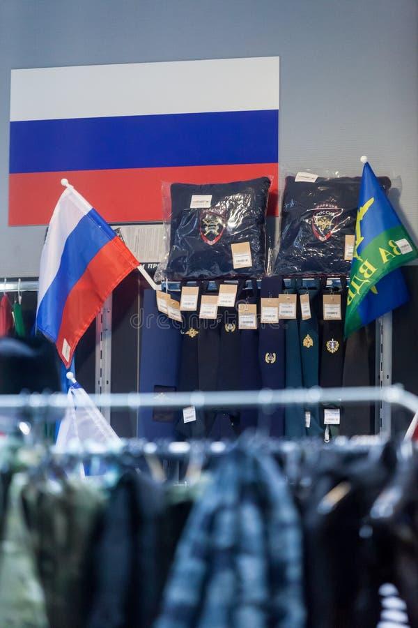 MOSCÚ, RUSIA - 20 DE MARZO DE 2018: Una warehouse-tienda especializada para la policía y los uniformes militares, e insignias par imagen de archivo