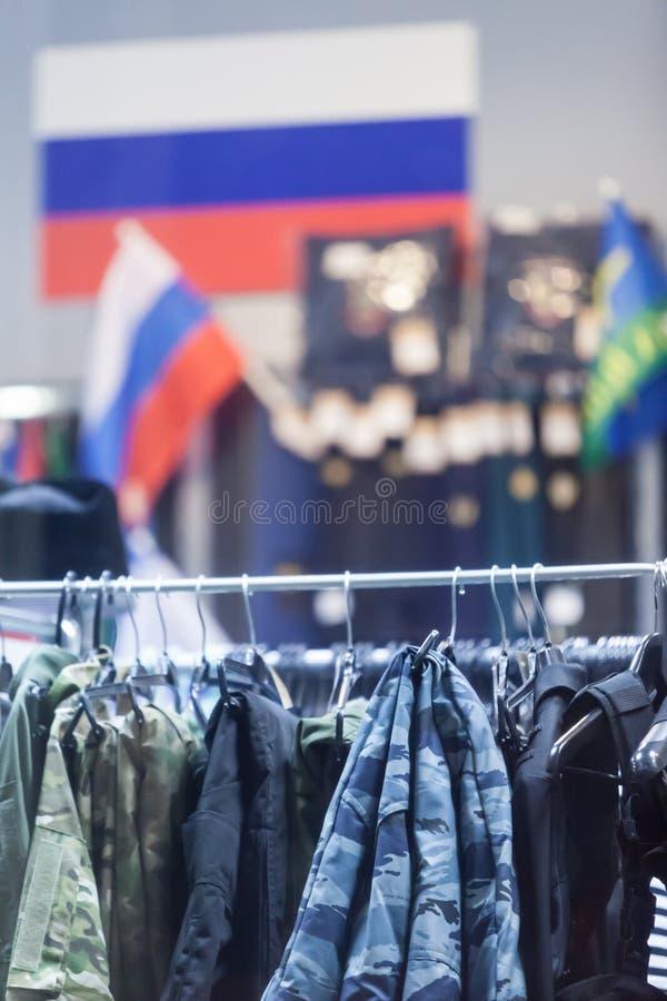MOSCÚ, RUSIA - 20 DE MARZO DE 2018: Una warehouse-tienda especializada para la policía y los uniformes militares, e insignias par imágenes de archivo libres de regalías