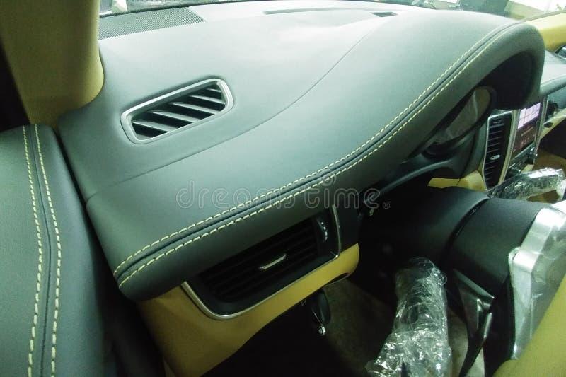 Moscú, Rusia - 7 de mayo de 2019: Costura beige de los paneles de cuero negros dentro de Porsche Cayenne superior SUV fotografía de archivo libre de regalías
