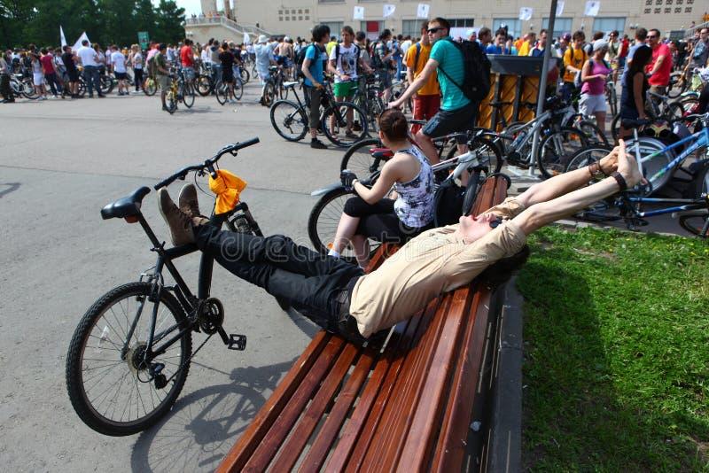 MOSCÚ, RUSIA - 20 de mayo de 2002: Desfile de ciclo de la ciudad tradicional, participante streching antes de comienzo foto de archivo