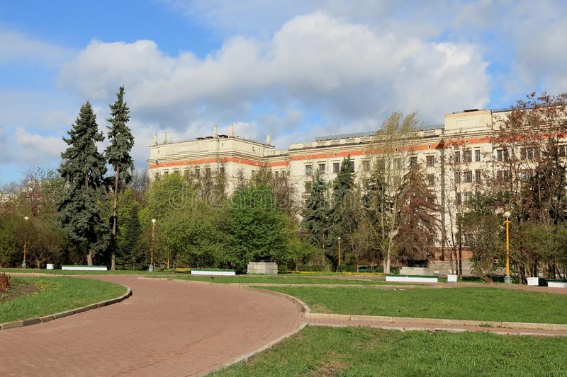 Moscú, Rusia - 3 de mayo de 2019: El cuadrado delante del edificio principal de la universidad de estado de Moscú y de la faculta fotografía de archivo