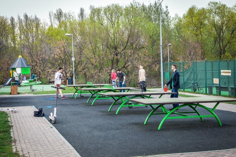 MOSCÚ, RUSIA - 1 DE MAYO DE 2019: Gente que juega a tenis de mesa al aire libre en el parque, ciudad de Moscú fotos de archivo