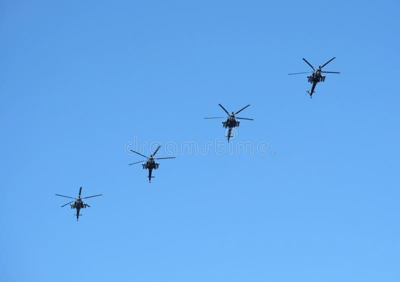 MOSCÚ, RUSIA - 9 DE MAYO DE 2018: Grupo de estrago militar ruso de Huntert de la altura de los helicópteros Mi-28N en cielo azul  imagen de archivo
