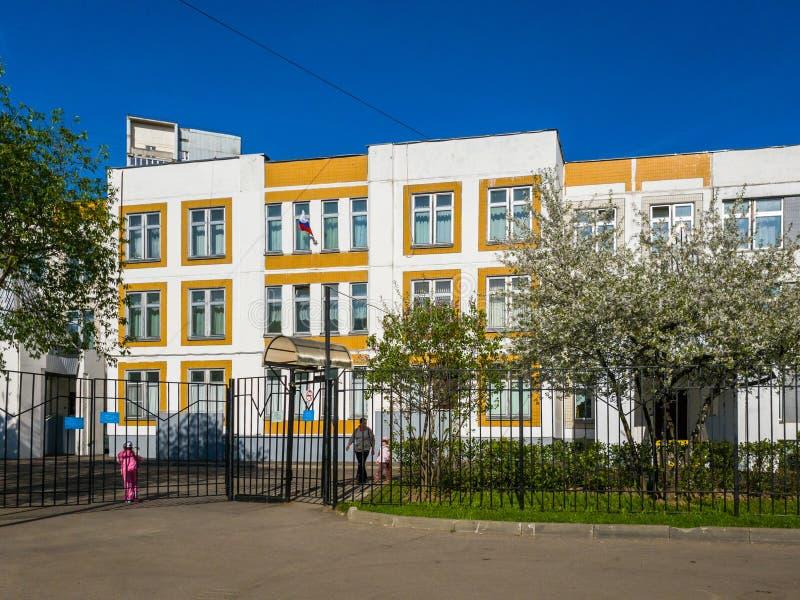 Moscú, Rusia - 11 de mayo 2018 Instituto integrado del estado típico en Zelenograd fotografía de archivo libre de regalías