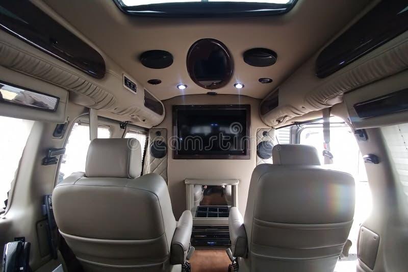 Moscú, Rusia - 2 de mayo de 2019: Interior de adaptación expreso de GMC Savana/Chevrolet Interior adaptado de encargo con el telé fotos de archivo