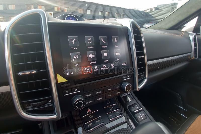 Moscú, Rusia - 6 de mayo de 2019: Interior de cuero negro de Porsche Cayenne Sistema de multimedias del PCM 4, los paneles del ca fotos de archivo