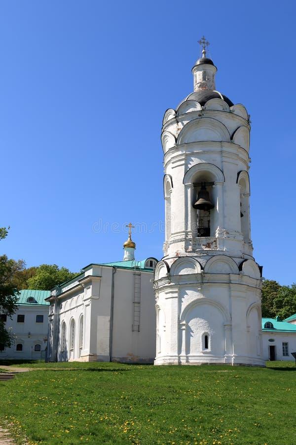 Moscú, Rusia - 11 de mayo de 2018: La iglesia de San Jorge con un campanario en la Museo-reserva de Kolomenskoye foto de archivo libre de regalías