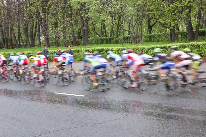 MOSCÚ, RUSIA - 6 de mayo de 2002: Maratón de ciclo, en las calles de la ciudad Acción enmascarada imágenes de archivo libres de regalías
