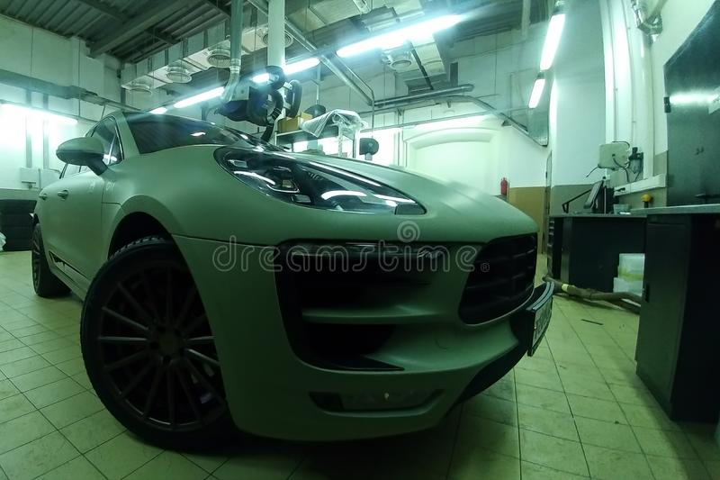Moscú, Rusia - 7 de mayo de 2019: Matt coloreó Hakki SUV superior en un centro de servicio Porsche Makan envolvió en una película fotos de archivo libres de regalías