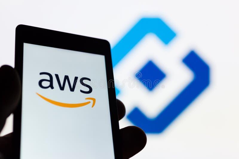 MOSCÚ, RUSIA - 9 DE MAYO DE 2018: Smartphone a disposición con el logotipo de los servicios web AWS del Amazonas Emblema de Rosko fotos de archivo