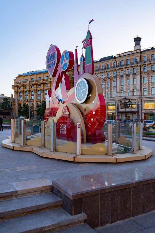 MOSCÚ, RUSIA - 21 de mayo de 2018: Un reloj con una cuenta descendiente de días, de horas y de minutos al comienzo del mundial 20 foto de archivo