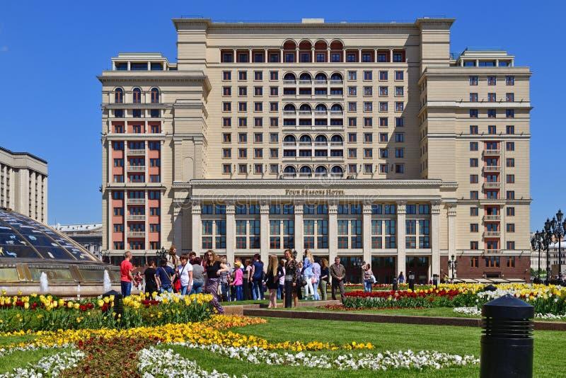 Moscú, Rusia - 12 de mayo 2018 Visión desde el cuadrado de Manege al hotel cuatro estaciones fotos de archivo