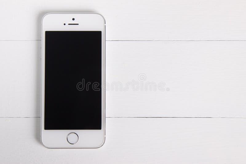 Moscú, Rusia - 1 de noviembre de 2018: Endecha plana, vista delantera de un iPhone blanco de plata 5s Maqueta del producto para e imagen de archivo libre de regalías