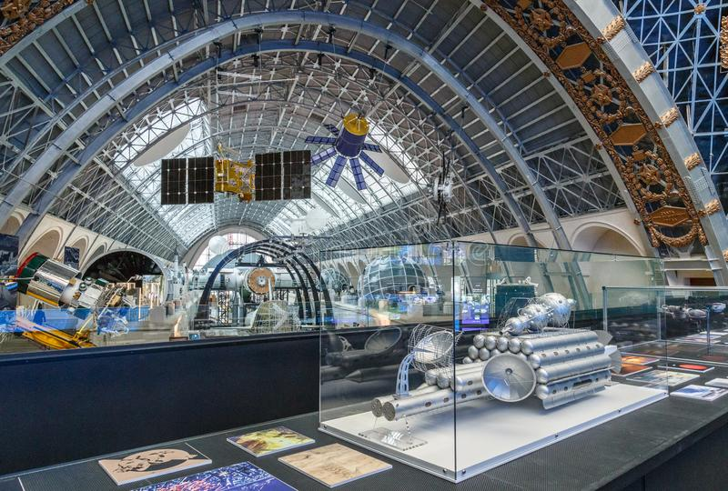 Moscú, Rusia - 28 de noviembre de 2018: Exposición interior en el pabellón del espacio en VDNH Museo moderno del cosmos ruso fotos de archivo libres de regalías