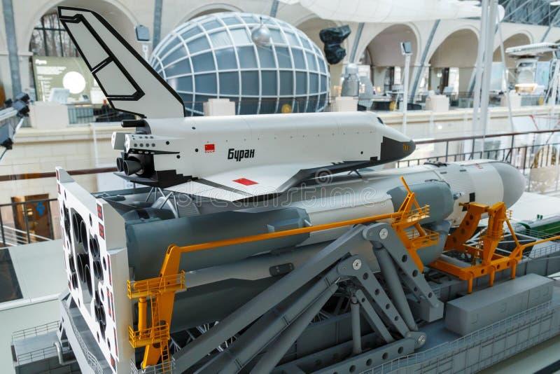 Moscú, Rusia - 28 de noviembre de 2018: Un modelo de la versión soviética del transbordador espacial Buran, el primer avión espac fotos de archivo libres de regalías