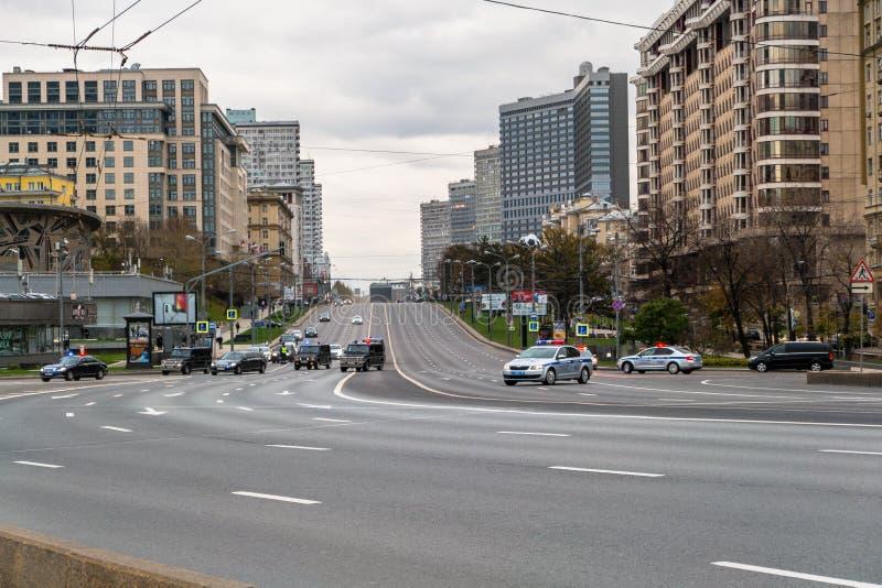 MOSCÚ, RUSIA - 24 DE OCTUBRE DE 2017: Movimiento del desfile de automóviles del alto funcionario a lo largo de la calle cordoned  fotografía de archivo libre de regalías