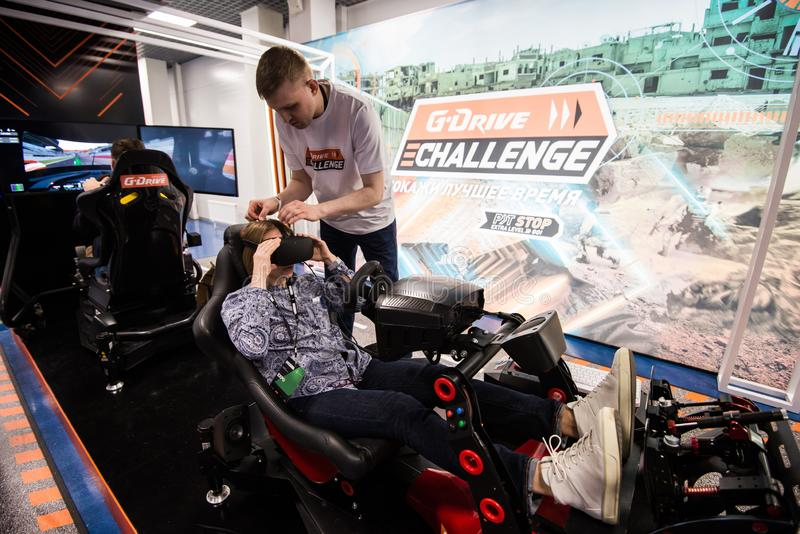 MOSCÚ, RUSIA - 27 DE OCTUBRE DE 2018 Una mujer está jugando a un juego de conducción con el engranaje de la realidad virtual ence imagenes de archivo