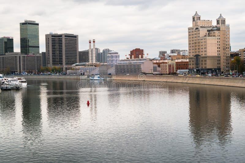 MOSCÚ, RUSIA - 24 DE OCTUBRE DE 2017: Vista del terraplén del río y de Krasnopresnenskaya de Moscú imagen de archivo libre de regalías