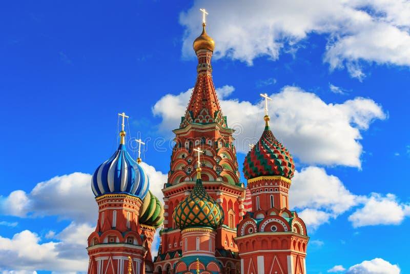 Moscú, Rusia - 30 de septiembre de 2018: Bóvedas de la catedral de la albahaca del St en un fondo del cielo azul con las nubes bl imágenes de archivo libres de regalías