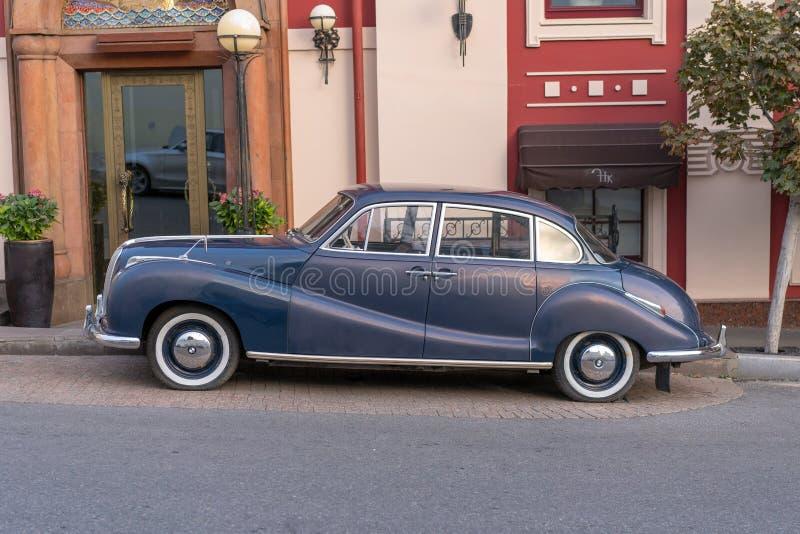 MOSCÚ, RUSIA - 30 de septiembre de 2018: Coche viejo del vintage parqueado en M fotos de archivo