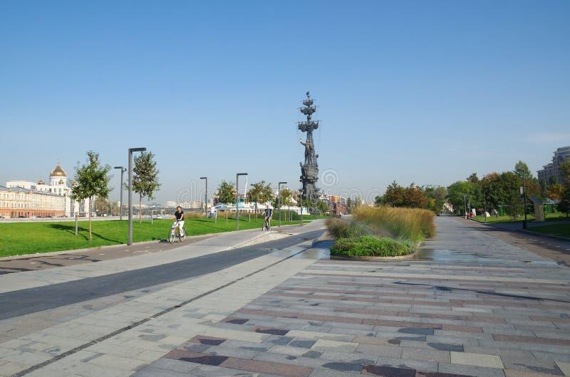 MOSCÚ, RUSIA - 25 DE SEPTIEMBRE DE 2015: Terraplén crimeo Monumento a Peter el grande imagenes de archivo