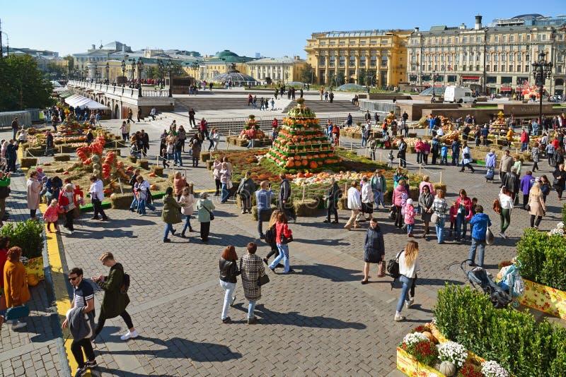 Moscú, Rusia - 23 de septiembre 2017 Otoño de oro - festival gastronómico en el cuadrado de Manezhnaya fotografía de archivo libre de regalías