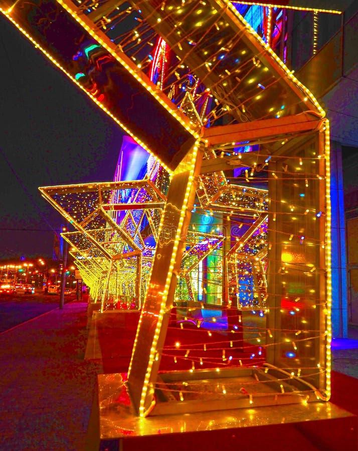 MOSCÚ, RUSIA - DICIEMBRE DE 2017: Año Nuevo 2018 y decoración del ` s del Año Nuevo de la Navidad de una calle bajo la forma de t fotografía de archivo