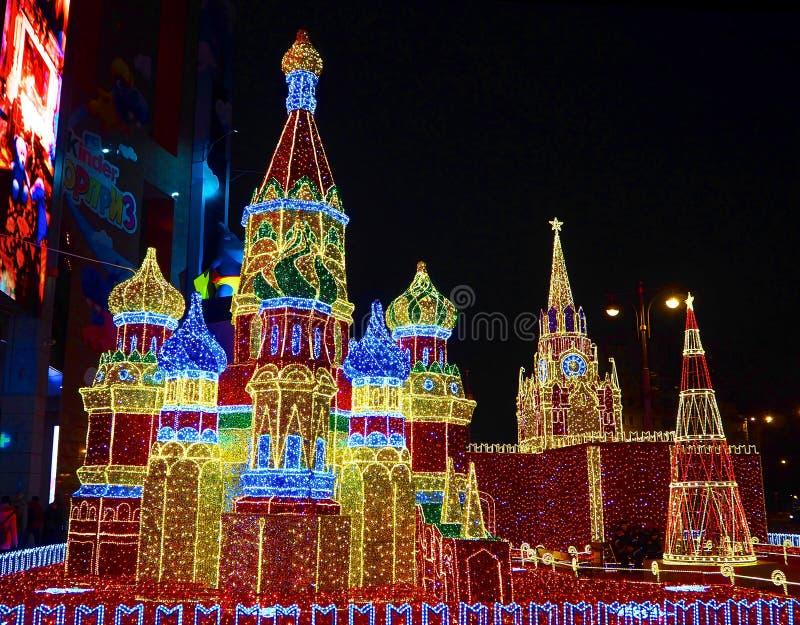 MOSCÚ, RUSIA DICIEMBRE DE 2018: Las decoraciones del Año Nuevo en la forma del Kremlin y de la catedral de StBasil cerca del cent fotografía de archivo libre de regalías