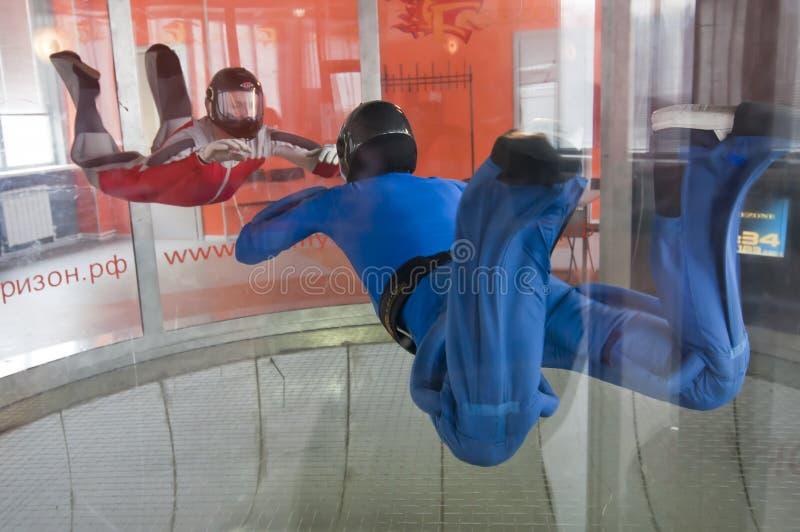 MOSCÚ, RUSIA, EL 11 DE ABRIL DE 2012: los skydivers tienen un entrenamiento en un túnel de viento vertical foto de archivo