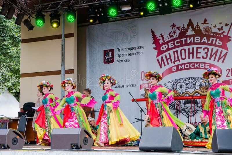 Moscú, Rusia, el 4 de agosto de 2018 danza de muchachas en trajes populares en el festival de Indonesia foto de archivo