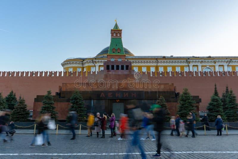 Moscú, Rusia, el 19 de marzo de 2019: El mausoleo de Lenin en Plaza Roja La gente camina por la tarde, se relaja imagen de archivo