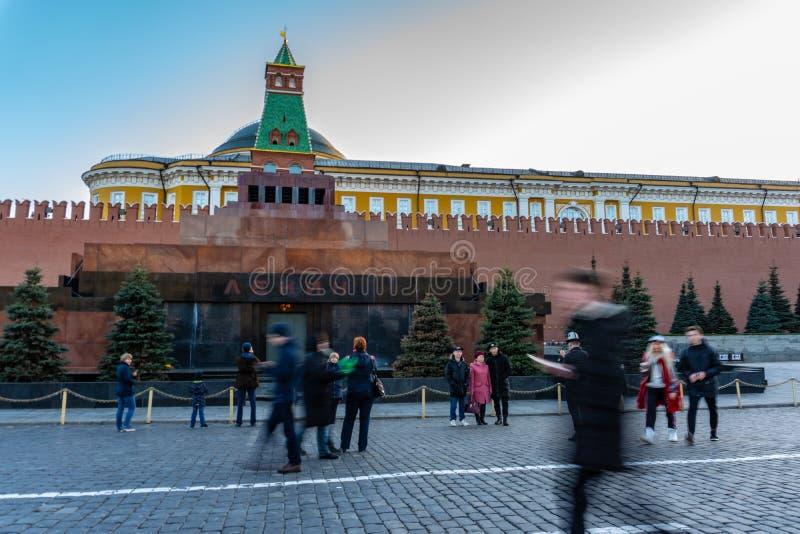 Moscú, Rusia, el 19 de marzo de 2019: El mausoleo de Lenin en Plaza Roja La gente camina por la tarde, se relaja foto de archivo libre de regalías